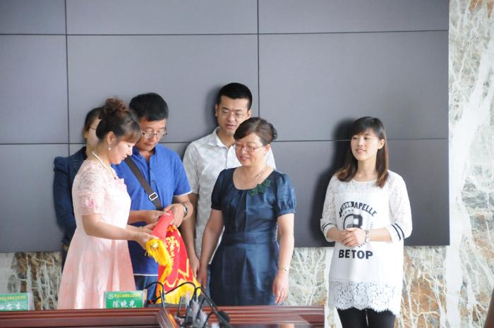 黑龙江省林业卫生学校学生家长送锦旗感谢好学校 感谢好老师