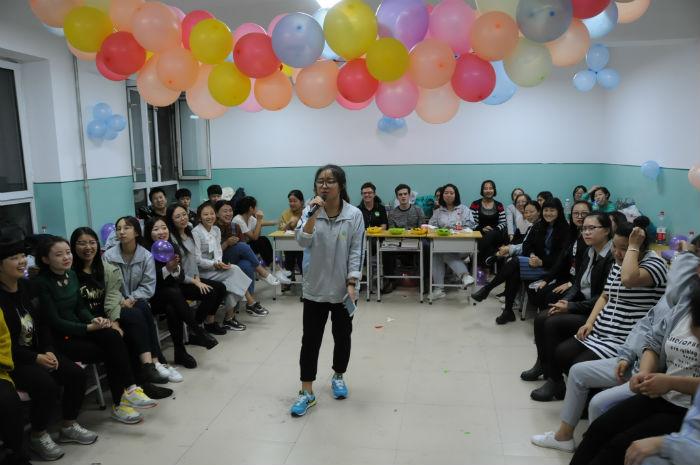 中华民族的文化博大精深、渊远流长,代表着中华文化的传统节日多种多样。活动前,同学们精心布置了班级,让澳洲师生感受到了节日的气氛,并编排了节目欢迎远道而来的澳洲友人。活动中,同学们纷纷进行了文艺表演,并与澳洲师生一同做游戏,增加了中澳师生之间的沟通与交流。随后,由涉外护理专业学生示范并带领澳洲师生制作了象征中华文化的中国结。在制作过程中,涉外护理专业小翻译向澳洲师生简单介绍了中国结的来历和发展,让澳洲师生更加了解中国文化。